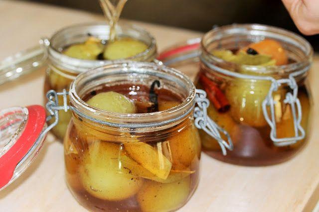Til   1 kg. grønne tomater     Opskrift   1 kg. grønne tomater   2 dl vand   2 dl. æbleeddike   300 gr. sukker   1 tsk. salt   20 p...