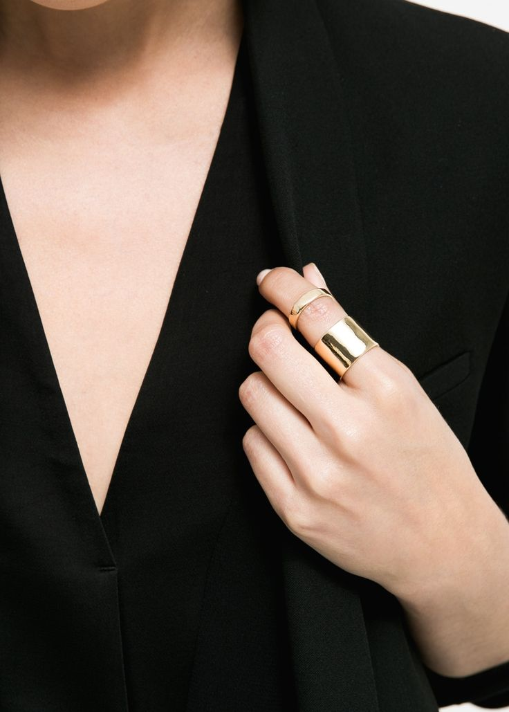 Cool and sleek minimalistic way to wear the stacked ring trend