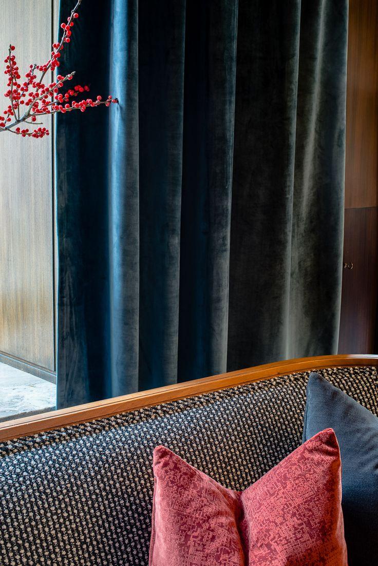 Skapa en härlig hotellkänsla med blå sammetsgardiner, eller varför inte en fondvägg i härliga tygvågor? Beställ kostnadsfria tygprover redan idag.