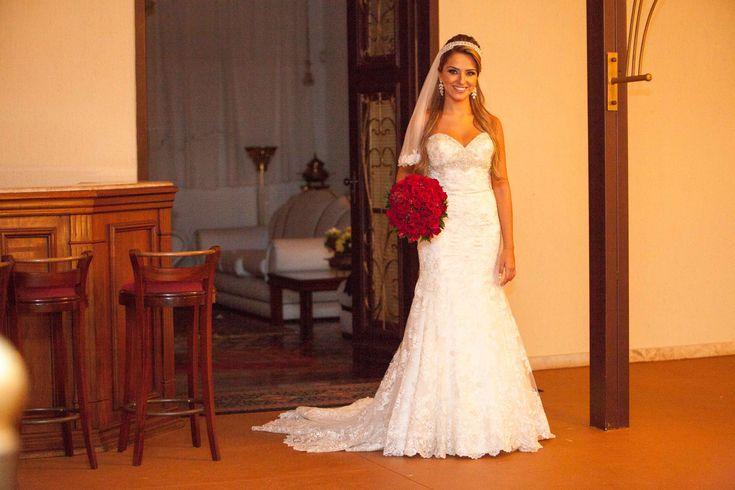 Maravilhoso vestido de noiva off white, Allure Bridals by Madson James, importado dos EUA. Bordado com cristais Swaroviski no decote e adornado com delicadas aplicações de renda inglesa. Vide sit...
