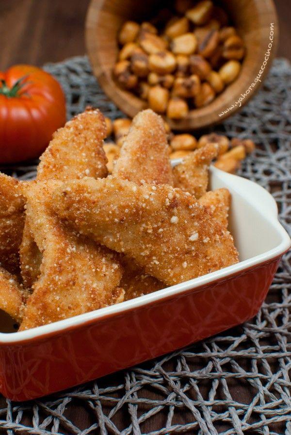 Pollo empanado en kikos o maíz frito. También incluye la receta para preparar kikos caseros--> Breaded Chicken Fingers Gluten Free.