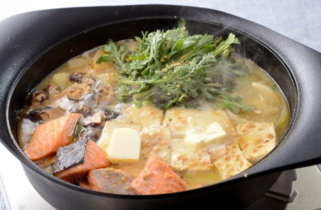 笠原シェフとっておきの石狩鍋レシピ。具材を味噌としょうゆを使っただしで煮て、最後にすりごまとバターを加えてこってり濃厚な味わいに。黒こしょうが味のアクセントです。身体が…