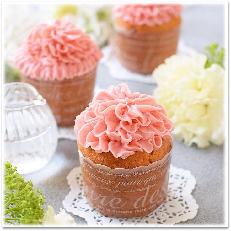 """989 Likes, 8 Comments - Hitomi Asano (@maron1999_8_9) on Instagram: """"カーネーション☆ストロベリーカップケーキ! ・ 母の日に向けて華やかなレシピをと思い作ってみました☆ ・…"""""""