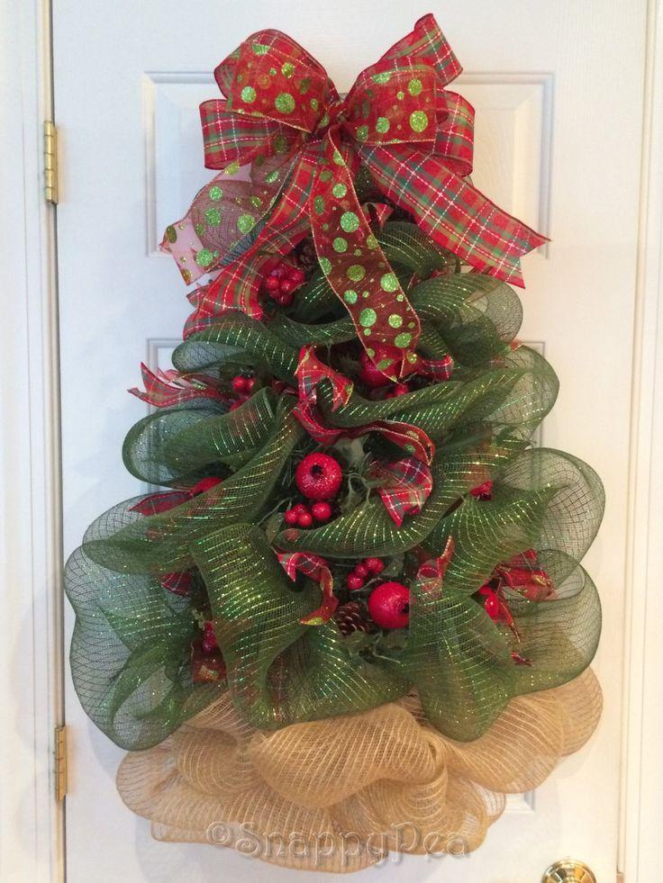 Diese glitzernden Weihnachtsbaum-Kranz hat sorgfältig aus Deko-Gitter, Skulpturen wurden mit Granatapfel, Birne oder Apfel nimmt mit Tannenzapfen und ergänzende Bändern geschmückt. Baum kann sitzen, Stock ruhelosigkeit gegen eine Wand oder Kamin-Bildschirm, sodass es als kleiner Ersatz für ein Full-size Weihnachtsbaum, ein Feature, das hervorragend für Schlafsäle oder Wohnungen verwendet werden kann. Misst ca. 26- 28 hoch und 21- 22 Wide.  Batteriebetriebene Lichter, die automatisch in der…