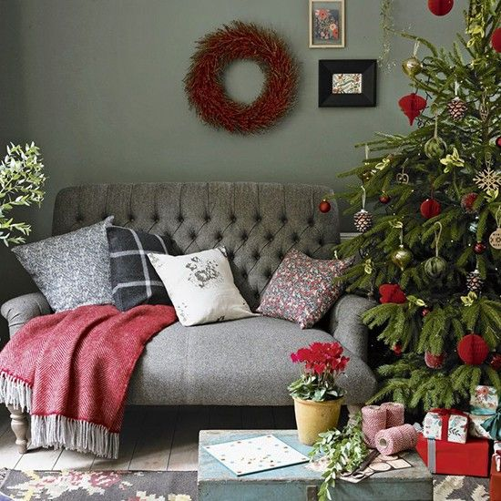 Best 25 christmas living rooms ideas on pinterest for Red and green living room ideas