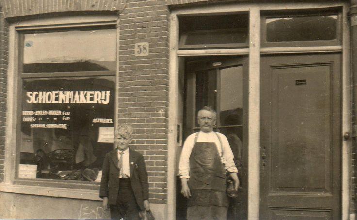 """1932 Adriaan Stultjes was schoenmaker, z'n zaak was aan de Bickersgracht.  Hij was in Amsterdam bekend onder de bijnaam """"Schuster"""".. Links z'n zoon Johnnie."""