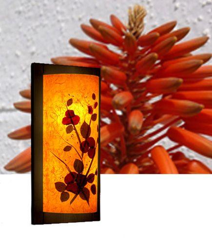 Απλίκα τοίχου Galina με διακοσμητική σύνθεση αληθινών φύλλων και λουλουδιών. Μέσα από την υφασμάτινη επιφάνειά της, το φως διαχέεται μαλακά και δημιουργεί μια ήρεμη ατμόσφαιρα στο χώρο. Δείτε όλα τα φωτιστικά της σειράς Floral Chic στη σελίδα μας http://www.artease.gr/fotistika/floral-chic/