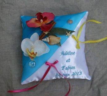 Coussin porte alliance mariage thème exotique   Coussin en satin blanc, organza turquoise plissé en diagonal  décor : orchidées et coquillages  dimensions environ 20x20 c - 986419