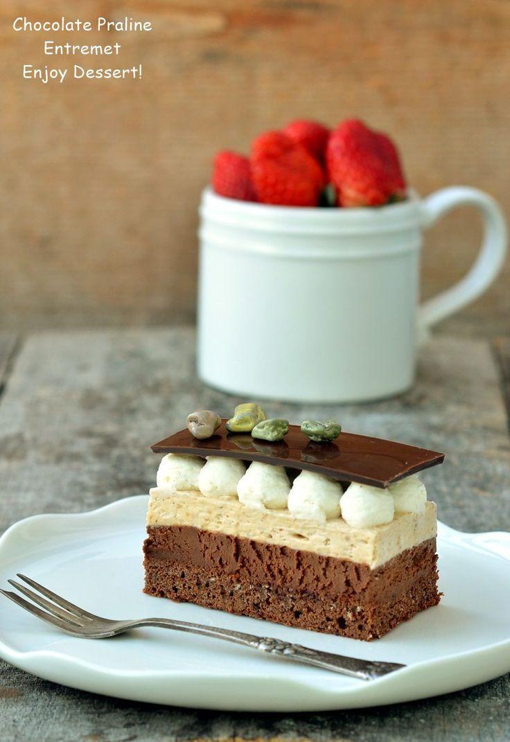 Entremet cu ciocolata si praline. Reteta de prajitura cu ciocolata, crema de vanilie si praline, frisca si tonka