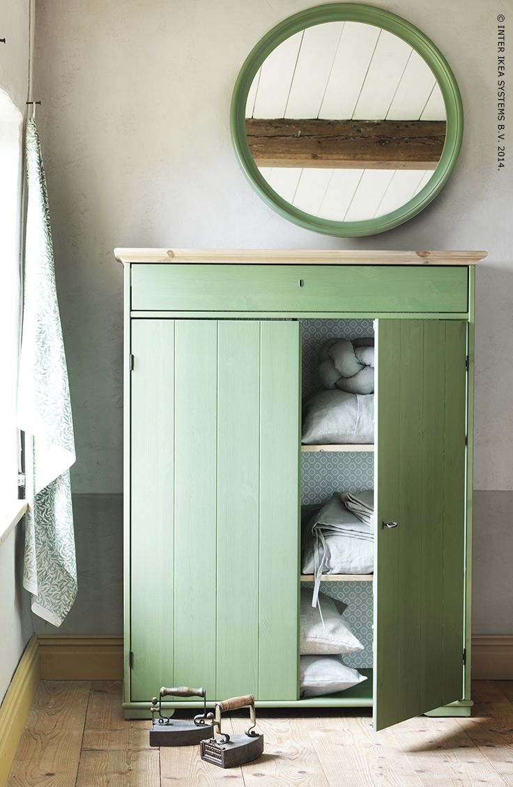 Met haar lichtgroene beits en motief aan de binnenkant geeft deze HURDAL linnenkast een gevoel van rustieke elegantie aan de woning.