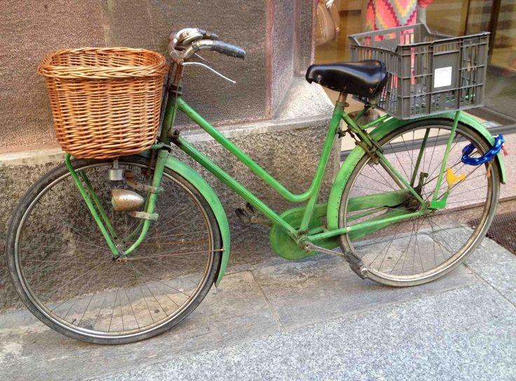 panier vélo en osier et cagette plastique cremona italie photo moltodeco