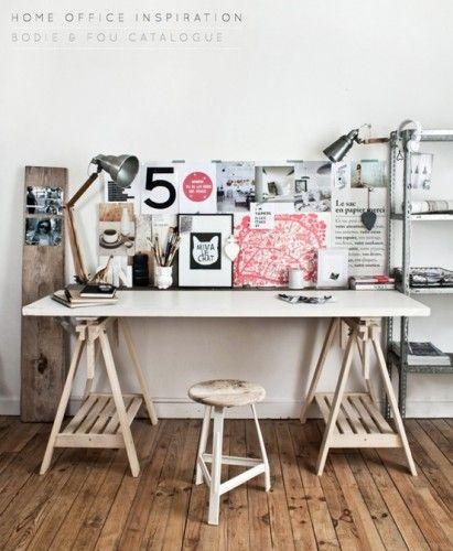 Bureau sur tr teaux avec amas de cadres et visuels deux lampes au style indu - Bureau ikea treteaux ...