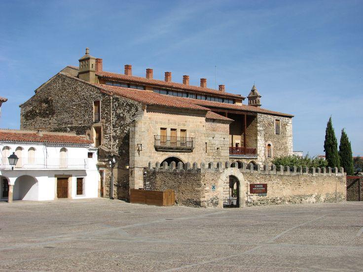 La Hospedería de Garrovillas, en plena plaza mayor. Fue el palacio de los Duques de Alba y Aliste.