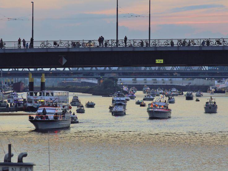 Schiffsparade und Sonnenuntergang - zur Eröffnung der Maritimen Woche in Bremen. http://blog.bremen-tourismus.de/lichtermeer-auf-der-weser/
