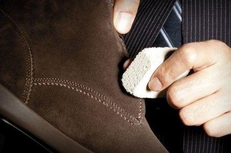 10 formas de limpiar zapatos de gamuza. La gamuza es un material que se realiza con piel de vaca, aunque también se fabrica con piel de otros animales, como por ejemplo la cabra, oveja o el