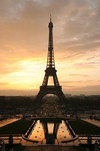 Tour eiffel at sunrise from the trocadero.6 MAYIS 1889 - Eyfel Kulesi ziyaretçilere açıldı.