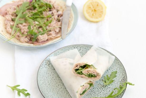 Vitello Tonnato is een heerlijk Italiaans gerecht gemaakt van flinterdunne plakjes kalfsvlees met een tonijnmayonaise.In tegenstelling tot de klassieke Vitello Tonnato wordt de tonijn bij deze variant niet gepureerd. Maar, de smaak is er zeker niet minder om. Geniet ervan.