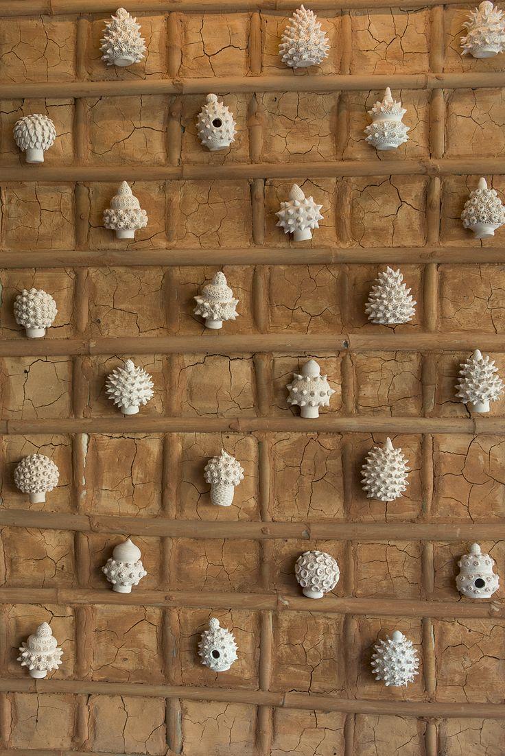 Arte das Alagoas: Cerâmicas na parede de taipa | Design Weekend SP | Site Casa dos Outros | Foto: Manu Oristanio
