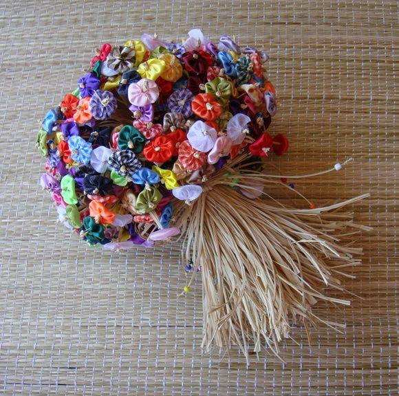 Buquê  de noiva com 500  mini fuxicos coloridos e arrematados com palha da costa . Pode ser usado também como decoração de ambientes. Medidas aproximadas :  Alt - 26 cm     Larg - 20cm   Circunf.- 50cm R$ 220,00