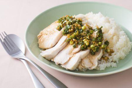 鶏むね肉なのにふっくらやわらか! 「茹で鶏むね肉のせごはん」レシピ | ライフ | マイナビニュース