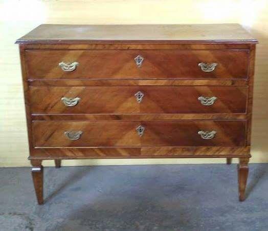 Vendo cassettone/ comò Luigi XVI in legno ,epoca '700 ,3 cassetti,misure h85x111x50 cm circa, euro 1500