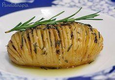 Hoje eu fiz uma batata que muitos já devem conhecer, mas além de gostosa, eu acho linda para servir como guarnição de pratos. Mais uma receita fácil e deliciosa, acompanhem: Ingredientes: 2 batatas…