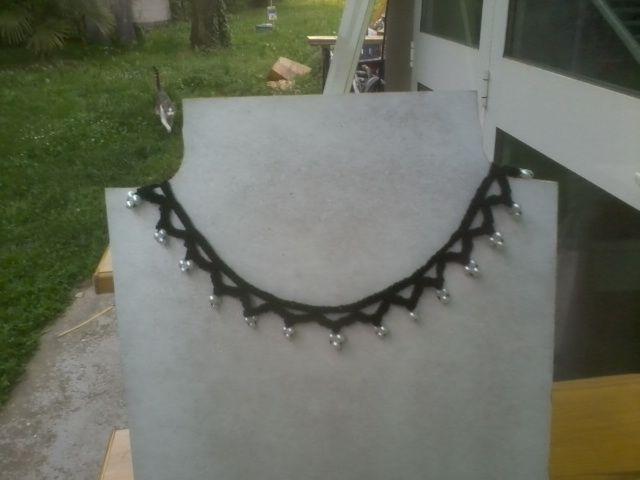 Collana all'uncinetto nera con perline bianche