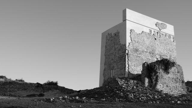 Molto discusso, il restauro del Castello di Matrera realizzato dallo studio spagnolo Carquero Arquitectura, rappresenta un intervento contemporaneo volto al consolidamento strutturale e al completamento del volume originario attraverso aggiunte riconoscibili