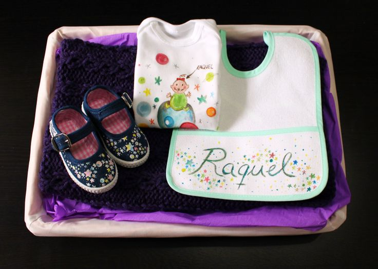 """Canastilla """"Raquel"""": merceditas,babero, body personalizado+mantita de 55x85 cm + cesta."""