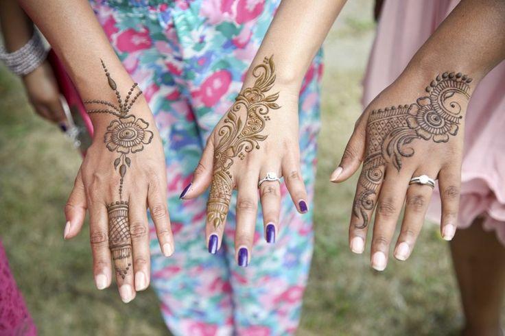 Ein dauerhaftes Tattoo ist schön und gut. Doch wer sich nicht sicher ist, ob er sich an eine solche Hautverzierung ewig binden möchte, der kann es auch erst einmal mit einer kürzer haltbaren Variante probieren. Ein Henna-Tattoo selber machen ist zum Beispiel gar nicht so schwierig und sieht trotzdem sehr schön aus. Was Du dafür brauchst und wie es gelingt, erklären wir Dir hier. http://www.erdbeerlounge.de/beauty/schoene-haut/tattoos-piercings/henna-tattoo-selber-machen-so-gelingts/