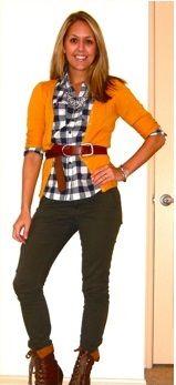 Оранжевый кардиган, клетчатая рубашка, болотная куртка, коричневый ремень, коричневые ботильоны