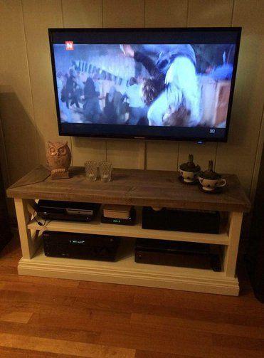 Johanna åpen tv-benk i Drivved og hvitt.