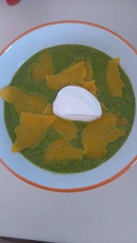 Brokolicovo mrkvová polívka s čedarem a zakysanou smetanou