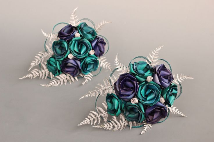 Small teardrop bouquet by Flaxation.