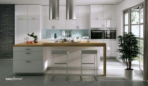 W nowoczesnym projekcie białej kuchni uwzględnij kuchenną wysepkę i wysokie szafki w zabudowie. Kuchenna wysepka wciąż jest ciekawym elementem kuchni, który wprowadza coś nowego, co dalekie jest od pospolitych projektów kuchni. Dużabiała kuchnia, urozmaicona różnymi innymi odcieniami barw może stać się rodzajem salonu, centralnym miejscem, w którym toczy się życie rodzinne i towarzyskie.