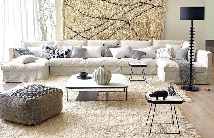 Décoration d'un salon avec un canapé blanc et un style ethnique