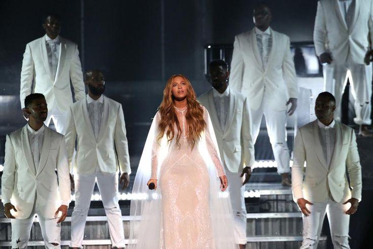 Beyoncé finalizó su presentación acompañada de muchos hombres que no hacían nada. Sus acompañantes dejaron de cantar el tema 'Take My Hand, Precious Lord' en los últimos momentos mientras que ella deslumbraba con su voz. Este lunes, Beyoncé explicó a Pitchfork que en realidad le interesaba reivindicar a los hombres afroamericanos.