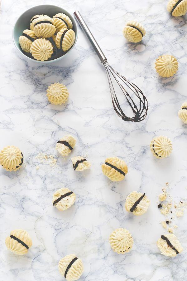 18 Dicembre - #Calendario dell'#Avvento - #BabboNatale è ghiotto di questi #biscotti, ho le prove! Preparatene in abbondanza :) #Frollini alla #vaniglia e #cioccolato  - New #Christmas #recipe on #OPSD blog: #Vanilla and #chocolate swirl #cookies - #SantaClaus loves them! - #AdventCalendar - #homemade - #Holiday - #Winter - #gift