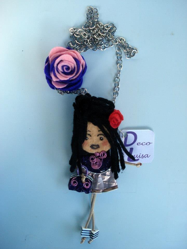 Con una rosa. Modelo Amy Winehouse. Aviso estas muñecas no se pueden copiar, están registradas.