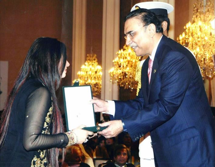 Shahida Mini receiving Pride of Performance award for the year 2013 from President of Pakistan Mr. Asif Ali Zardari