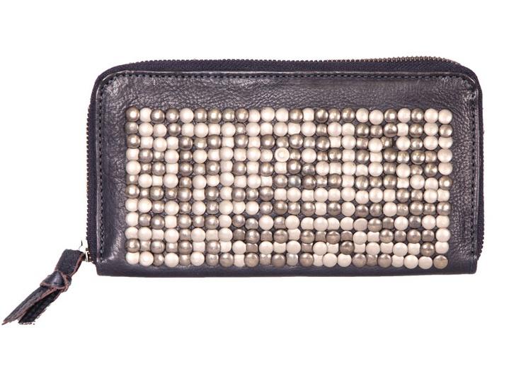 Van Cowboysbag deze leuke leren navykleurige portemonnee met studs. De portemonnee heeft een ritsvakje aan de achterzijde, een handige rits, vakjes voor credticards, een ritsvakje en vakken voor papiergeld.