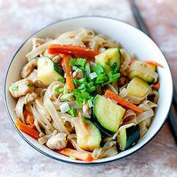 Makaron ryżowy smażony z kurczakiem, cukinią i marchewką | Kwestia Smaku
