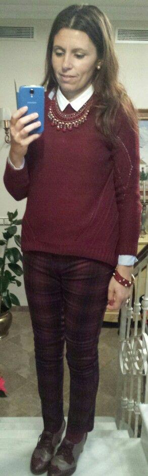 Look navideño en burdeos. Camisa, jersey y pantalones cuadros: Sfera. Oxford tacón bicolor: Pitillos. Pulseras: Nuevo Milenium. Collar: tienda local.