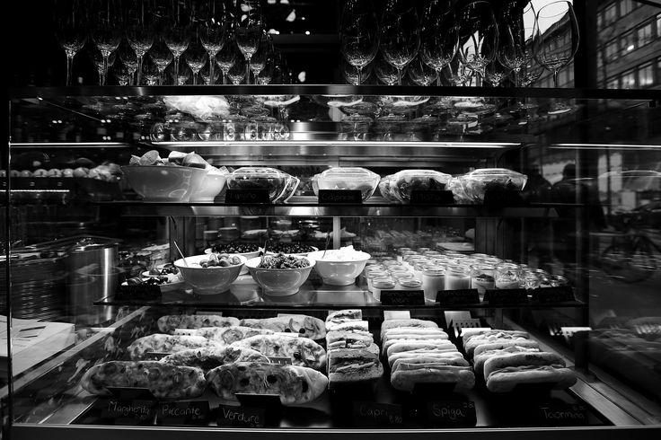 SPIGA Ristorante ist übrigens auch eine Bar. Frischgeröstete Kaffeebohnen, herrlich duftend - freuen Sie sich auf einen kräftigen Espresso oder einen schaumigen Cappuccino, wie Sie ihn sonst nur in Milano oder Roma serviert bekommen. Und natürlich Vino! Ein gutes Glas gehört einfach dazu, macht aus jedem Essen ein kleines Fest.