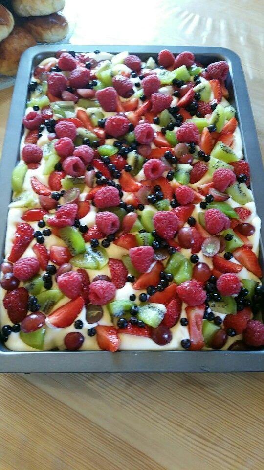 Mareng kake med vaniljekrem og fersk frukt