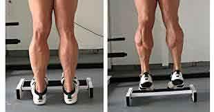 Pour muscler ses mollets une simple marche suffit. à partir de la position de droite, le mouvement consiste à descendre et remonter, jambe tendue.