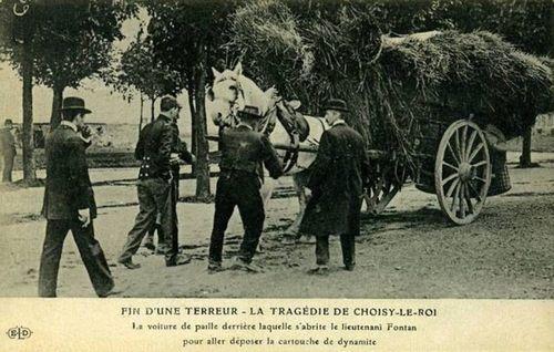 Pendant le siège de Choisy-le-Roi, on approche une charrette permettant de déposer des explosifs destinés à faire sauter le repaire où est retranché Jules Bonnot