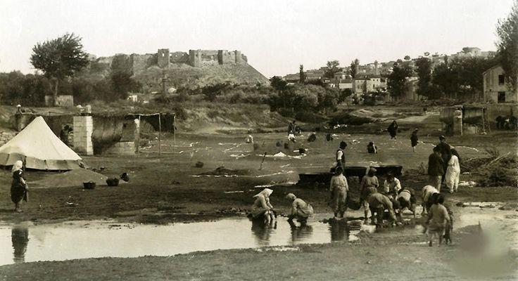 1925 lerde GaziantepAlleben Deresi'nde  Unluk buğday yıkama .Yer şimdiki Kızılay Kan Merkezi'nin altında Yedi Söğüt