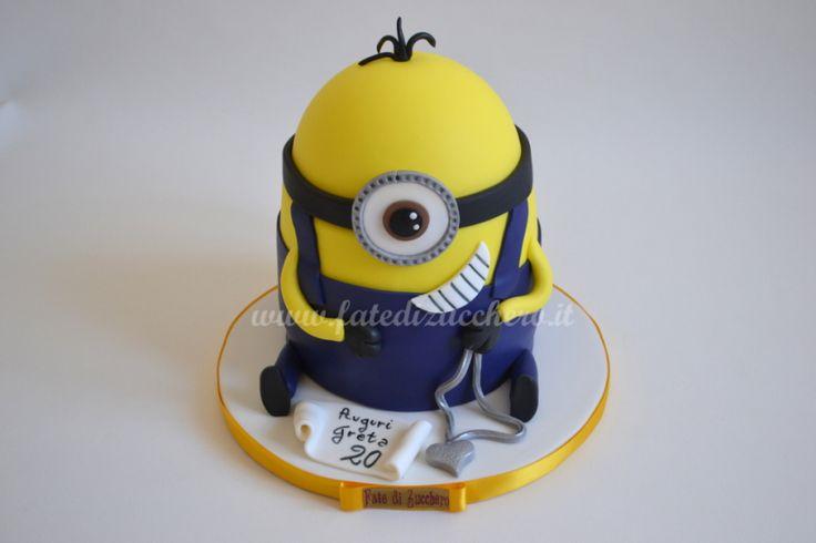 Torta Minion: con pergamena e collana glitter personalizzate e modellate a mano