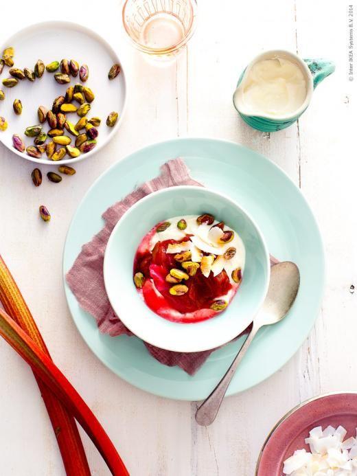 Rabarberkompott med youghurt strösslad med pistagenötter och kokosflingor serveras i STROSA servis.